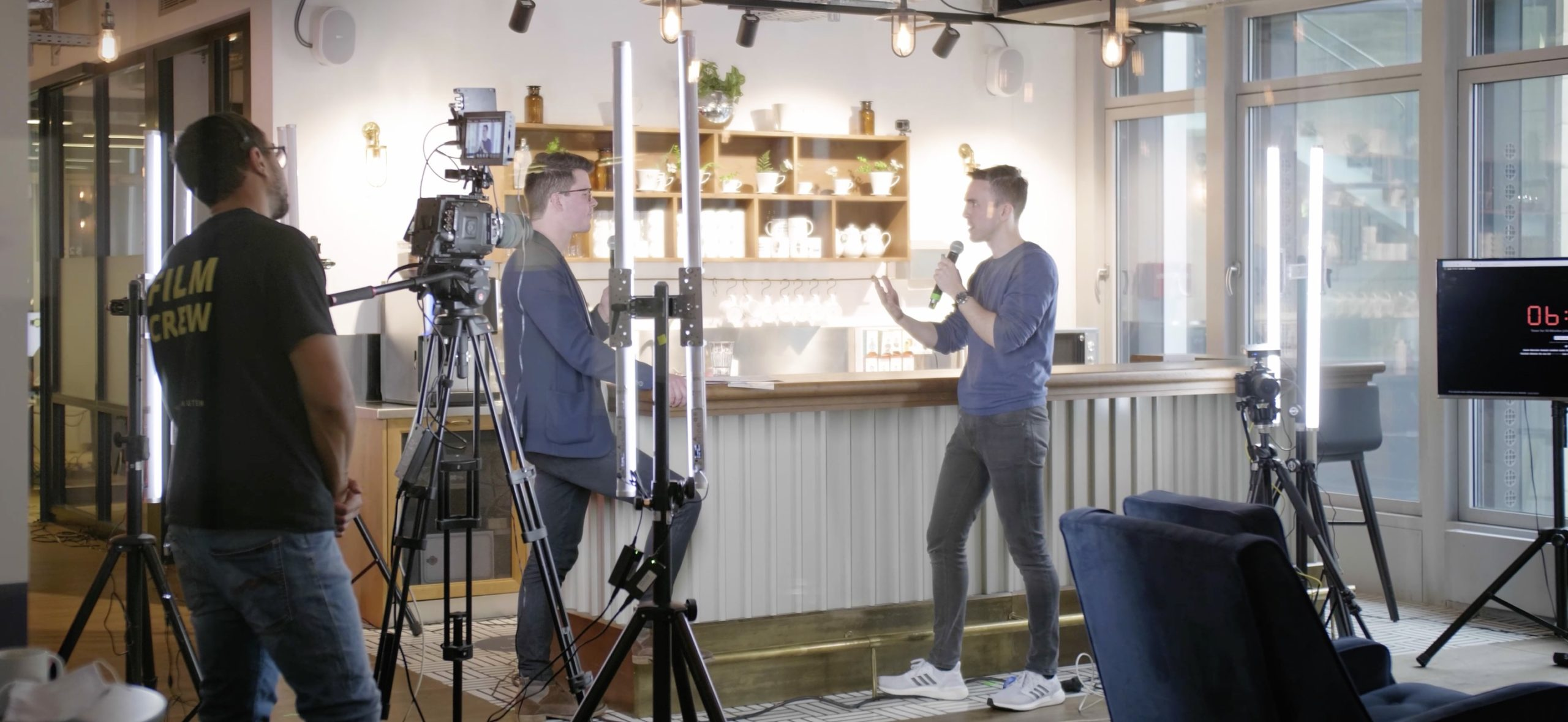Livestreaming: Zwei Personen stehen in einem improviesierten Studio an einer Bar und führen ein Gespräch. Im Vordergrund Julian Middlebrooks an der Kamera
